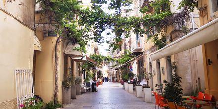 Tunnelmallisessa Korfun kaupungissa on kauniita kujia venetsialaiseen, ranskalaiseen ja englantilaiseen tyyliin.