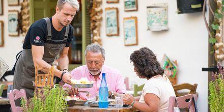 Istahda syömään yhteen Kosin monista ravintoloista.