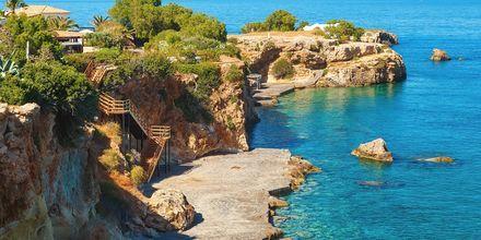 Kristallin kirkas meri Kreetan pääkaupungissa Heraklionissa.
