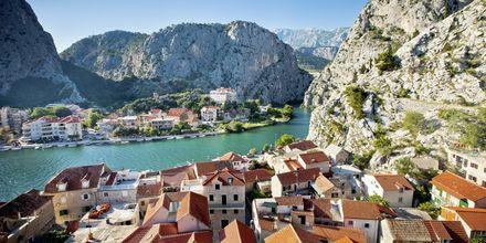 Matka jatkuu pitkin Brackim-kanaalia kohti Omista, joka sijaitsee Makarskan rivieralla.