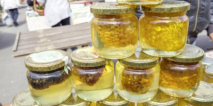 Voit ostella paikallisesti tuotettua hunajaa.