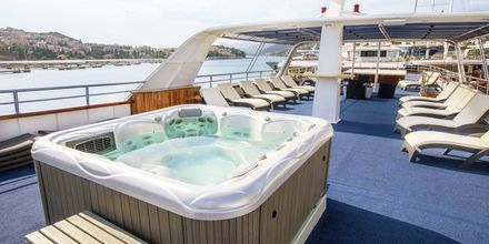 Captain Botalla on aurinkokansi, jossa jacuzzi ja aurinkotuoleja kaikille matkustajille.