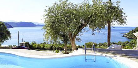 Näkymä altaalta, hotelli Lichnos Bay Village. Parga, Kreikka.