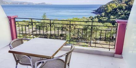 Superior -huoneen parveke, hotelli Lichnos Bay Village. Parga, Kreikka.