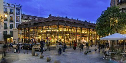 Mercado de San Miguelin ruokamarkkinoilla on eloisa tunnelma ja hyvää ruokaa.