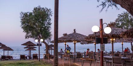Nauti auringonlaskuista rannalla. Maleme, Kreeta, Kreikka.
