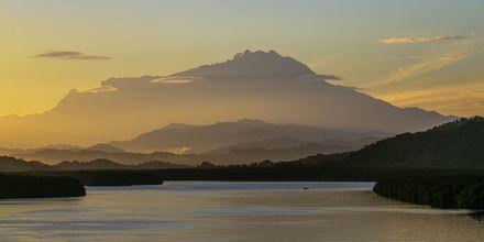 Borneon saarella on Malesian korkein vuori Mount Kinabalu, joka on 4095 metriä korkea.