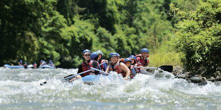 Seikkailuhenkisimmät voivat kokeilla koskenlaskua Kiulu Riverissä.