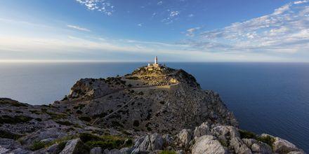 Cap de Formentorin majakka Mallorcan pohjoiskärjessä auringonlaskun aikaan.