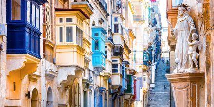 Pieni kuja Vallettassa. Värikkäät parvekkeet ovat yleinen näky Maltalla.