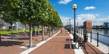 Kävelykatu kanaalin vieressä, Manchester, Englanti.