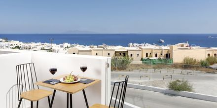 Superior-huoneen parveke. Hotelli Mar & Mar Crown Suites, Santorini, Kreikka.