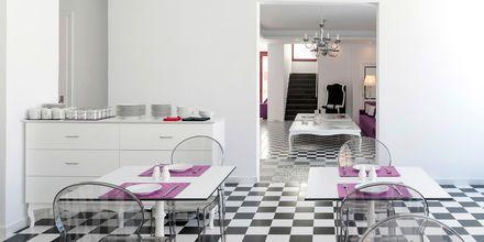 Aamiaishuone. Hotelli Mar & Mar Crown Suites, Santorini, Kreikka.