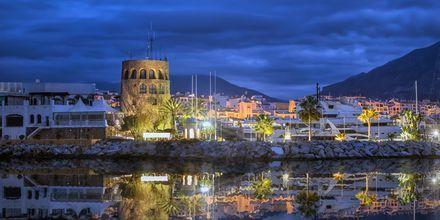 Puerto Banús iltavalaistuksella.