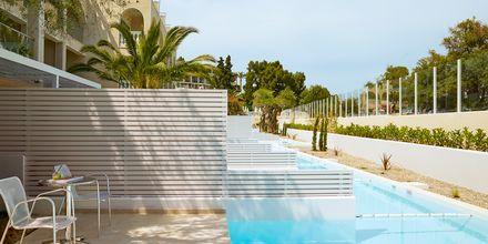 Deluxe juniorsviitti allaspääsyllä. Hotelli Marbella Corfu, Agios Ioannis Peristeron, Korfu, Kreikka.