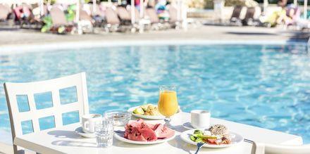 Aamiainen altaalla, hotelli Marelen. Kamalaki, Zakynthos, Kreikka.