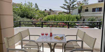 Uudessa osassa sijaitsevan kaksion parveke. Hotelli Mary, Platanias, Kreeta, Kreikka.