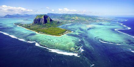 Mauritius ylhäältä päin kauniine koralliriuttoineen.