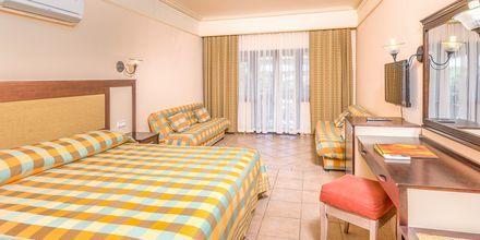 Suurempi kahden hengen huone. Hotelli Melas Holiday Village, Side, Turkki.