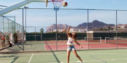 Koripalloa ja tennistä. Hotelli Mythos Beach Resort, Afandou, Rodos.