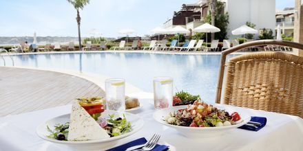 Lounas á la carte-ravintolassa. Hotelli Mythos Beach Resort, Afandou, Rodos.