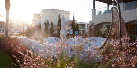 Rauhallinen allas ja á la carte-ravintola. Hotelli Mythos Beach Resort, Afandou, Rodos.