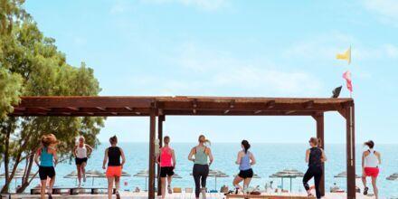Liikuntaa rannan tuntumassa. Hotelli Mythos Beach Resort, Afandou, Rodos.