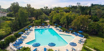 Allasalue. Hotelli Livadi Nafsika, Dassia, Korfu, Kreikka.