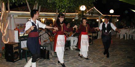 Perinteistä tanssia, hotelli Nikolas Villas. Hersonissos, Kreeta.