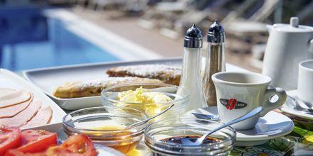 Aamiainen altaalla, hotelli Panorama. Parga, Kreikka.