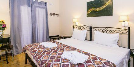 Kahden hengen huone, hotelli Paradise. Parga, Kreikka.