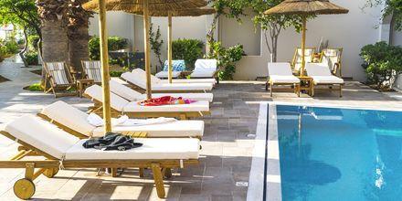Allasalue. Hotelli Parasol, Karpathoksen kaupunki, Kreikka.