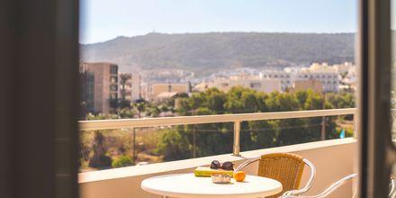 Parveke. Hotelli Parasol, Karpathoksen kaupunki, Kreikka.