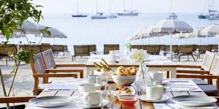 Päivä lähtee käyntiin aamupalalla merinäköalalla. Hotelli Parga Beach, Kreikka.