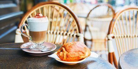 Café au lait ja croissantti – perinteinen ranskalainen aamiainen.