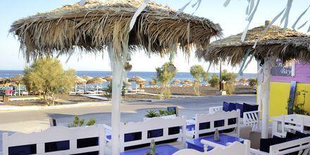 Baarin ulkoalue. Hotelli Perissa Bay, Santorini.