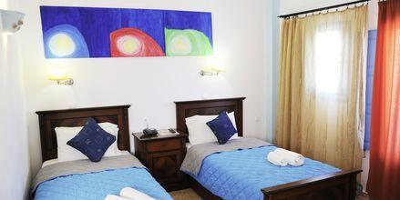 Superior-huone. Hotelli Perissa Bay, Santorini.