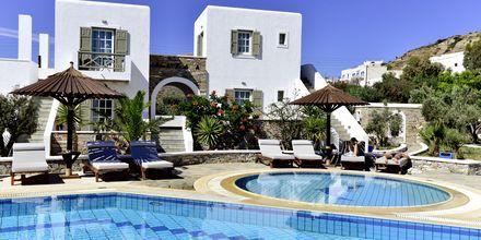 Hotellin Yialos allasalue, joka on Petros Placen asiakkaiden käytössä.