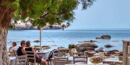 Nauti hyvistä kreikkalaisista ruoista näkymin Välimerelle.