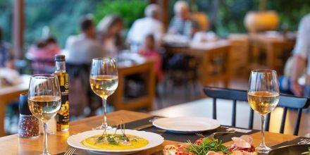 Maista perinteistä kreikkalaista ruokaa.