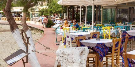 Plakiaksessa on monia ravintoloita, joihin istahtaa hyvän ruoan ääreen.