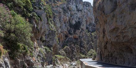 Kiemurtelevat tiet ja korkeat vuoret ovat tavallinen näky Plakiaksessa.