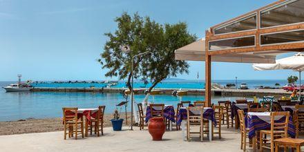 Plakiaksen rantapromenadin varrella on useita tavernoita.
