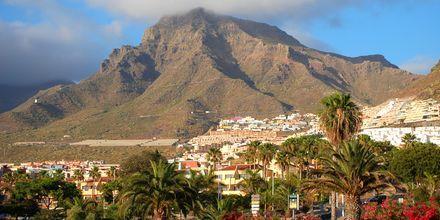 Playa del Americasta reunustaa jylhät vuoret.