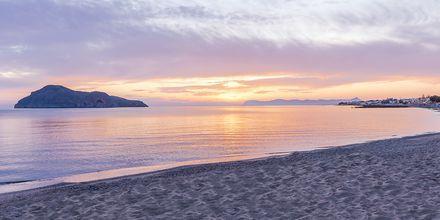 Auringonlasku rannalla, hotelli Porto Platanias Luxury Selection.