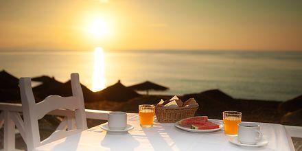 Ravintola. Hotelli Poseidon Beach, Kamari, Santorini.