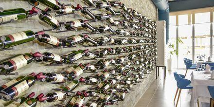 Albanialaisia ja kansainvälisiä viinejä. Hotelli Prestige Resort, Durresin Riviera, Albania.
