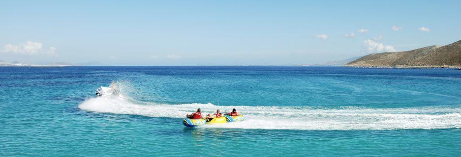 Vesiurheilulajeja hotelli Aegean View Aqua Resortissa. Psalidi, Kos, Kreikka.