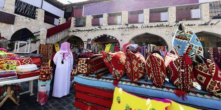 Osta paikallisia tuotteita Souq Waqifin markkinoilta Dohasta, Qatar.
