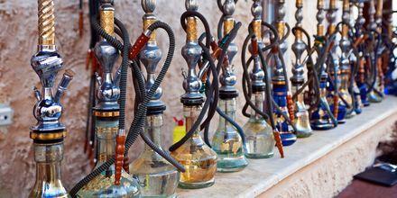 Rentoudu päivän päätteeksi vesipiipun kanssa, joka on yleinen tapa paikallisten keskuudessa Qatarissa.